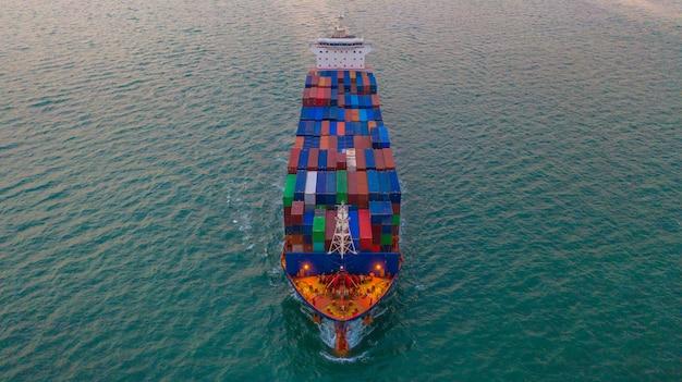 Caixa levando do recipiente do navio do frete da carga para o negócio da importação e da exportação logístico e transporte pelo navio de carga no mar aberto, vista aérea.
