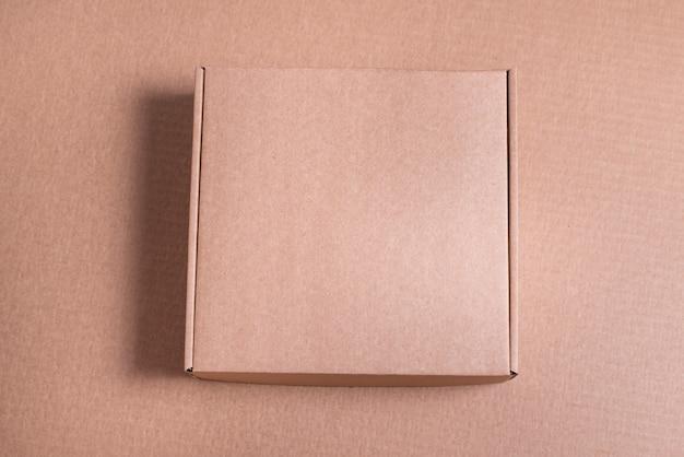 Caixa lisa de papelão marrom em fundo marrom