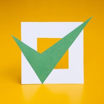 Caixa marcada em fundo amarelo