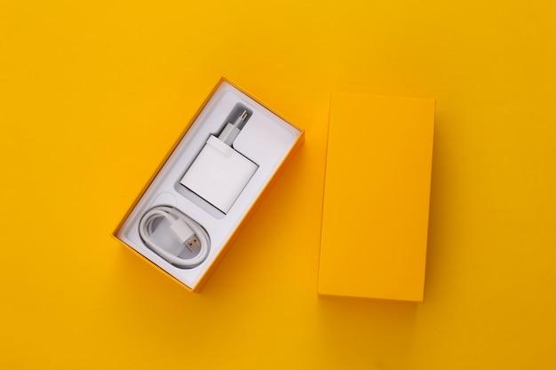 Caixa para smartphone com carregador amarelo