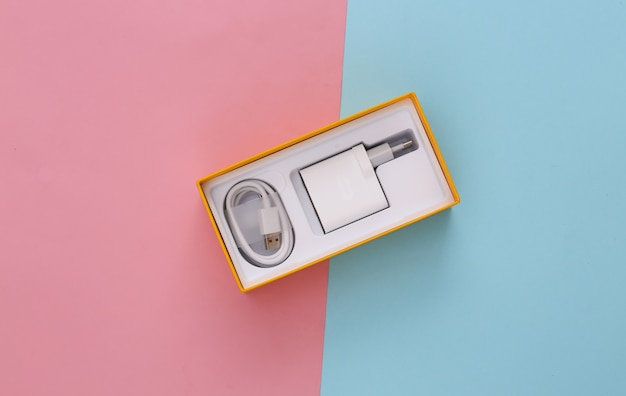 Caixa para smartphone com carregador em pastel rosa-azulado
