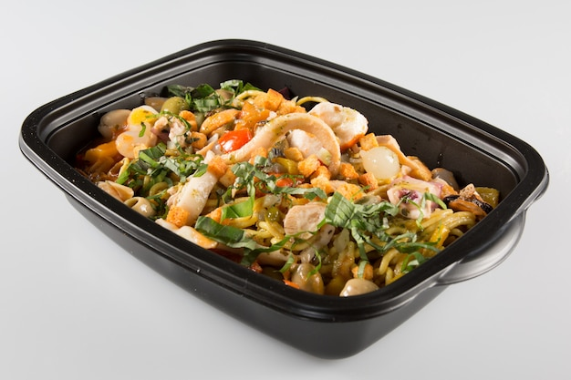 Caixa pequena de comida de plástico isolada. fácil de editar para o seu design