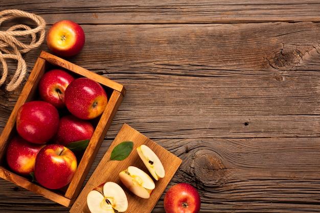 Caixa plana-lay com maçãs maduras com copyspace