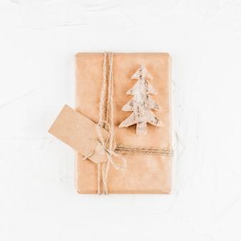 Caixa presente, com, decorativo, árvore abeto, e, tag