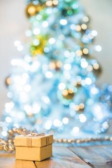 Caixa presente, perto, árvore natal