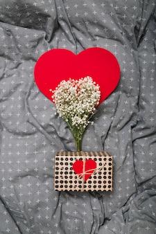 Caixa presente, perto, ornamento, papel, coração, e, plantas