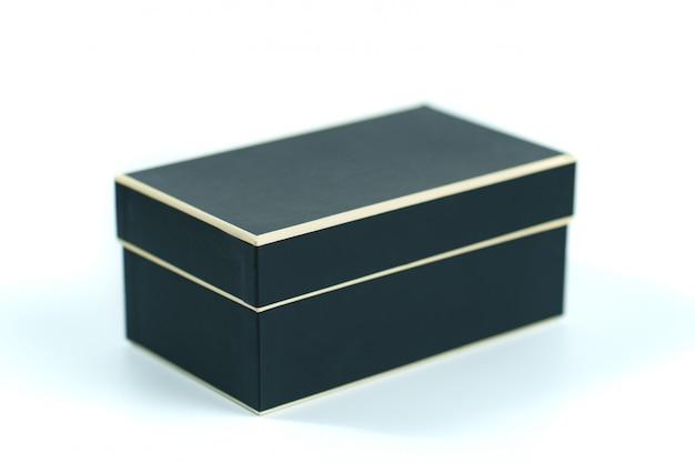 Caixa preta em uma superfície branca