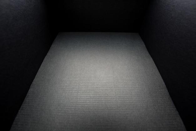 Caixa preta sem capa em branco, vista por dentro