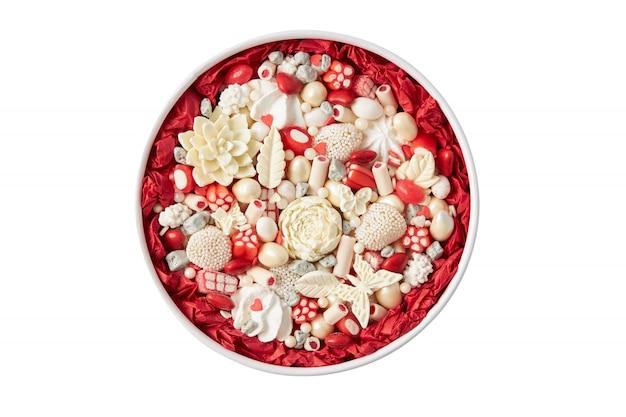 Caixa redonda cheia de bombons de chocolate brancos feitos à mão