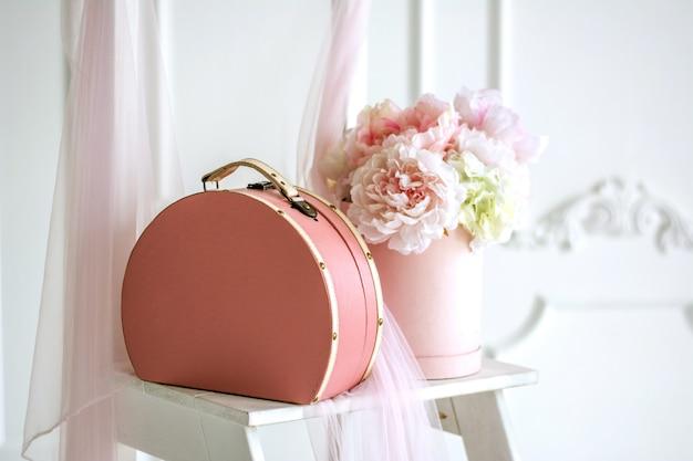 Caixa rosa com rosas delicadas