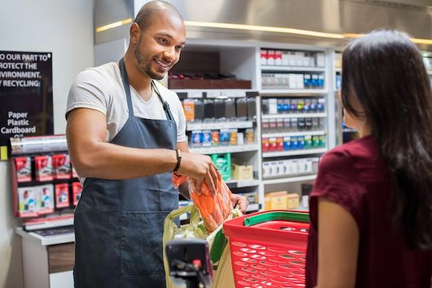 Caixa trabalhando no supermercado