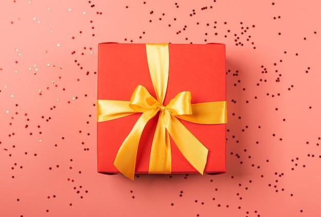 Caixa vermelha amarrada com uma fita dourada