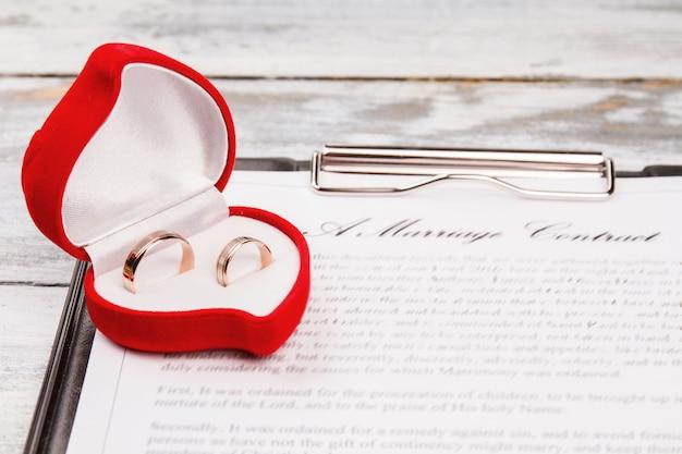 Caixa vermelha com anéis de casamento.
