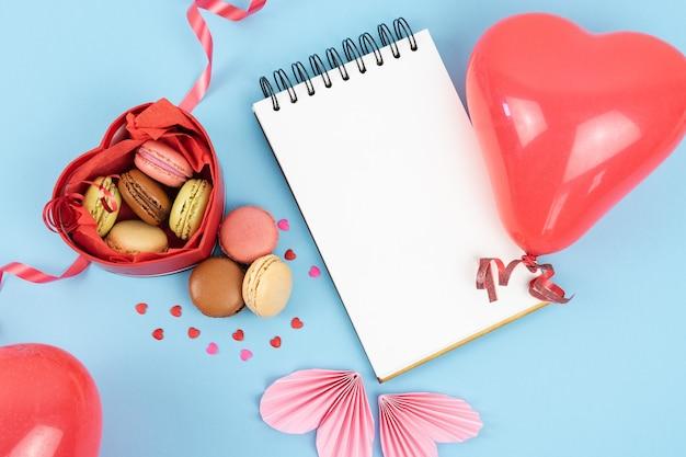 Caixa vermelha em forma de coração aberto cheia de macarons