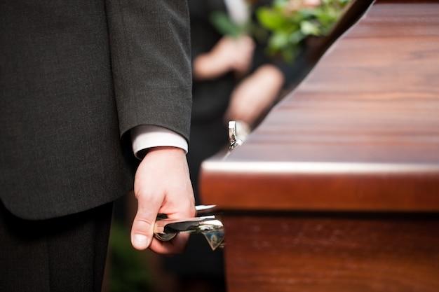 Caixão portador carregando caixão no funeral