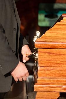 Caixão transportado pelo portador do caixão