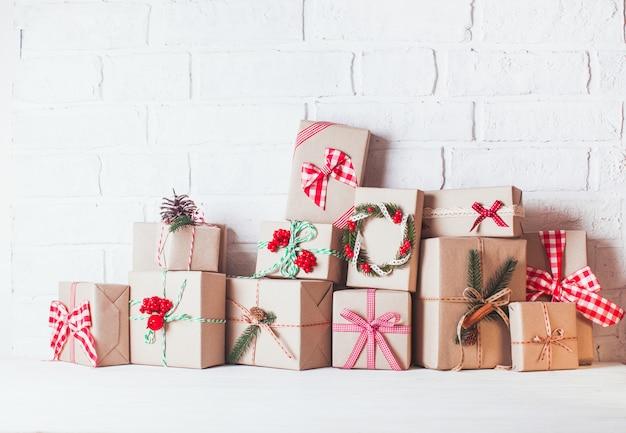 Caixas artesanais de natal decoradas em estilo ecológico vintage
