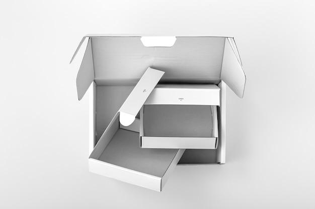 Caixas brancas abertas em fundo branco, vista superior