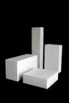 Caixas brancas com formas diferentes isoladas