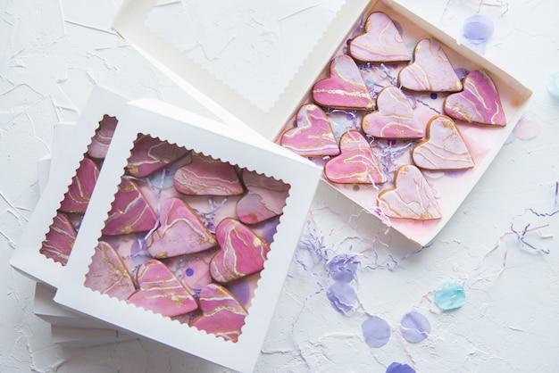 Caixas com biscoitos em forma de corações de mármore para presentes