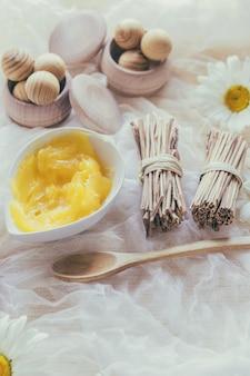 Caixas com bolas de madeira e manteiga de karité