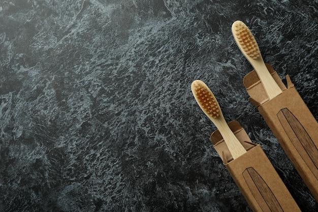 Caixas com escovas de dente ecológicas em preto esfumaçado