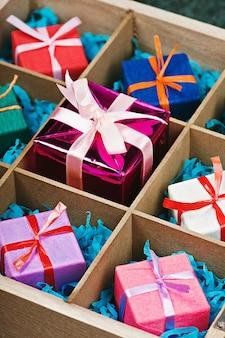Caixas com presentes em uma caixa de madeira