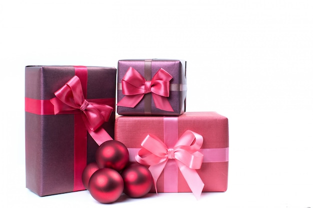 Caixas com presentes isolados no fundo branco