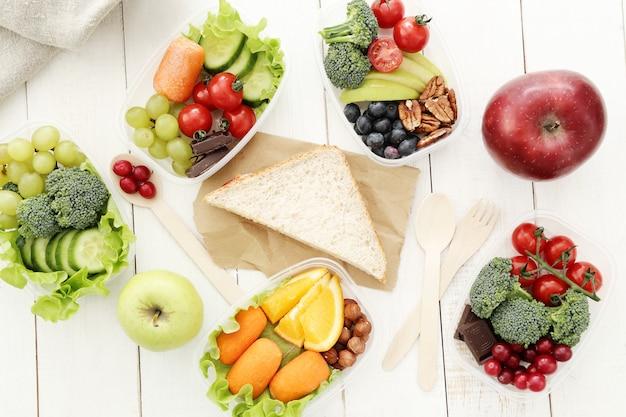 Caixas de almoço com comida saudável