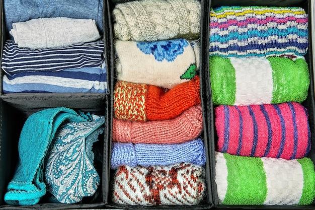 Caixas de armazenamento de tecido são organizadores de cômoda ou armário que ajudam a dividir as gavetas.