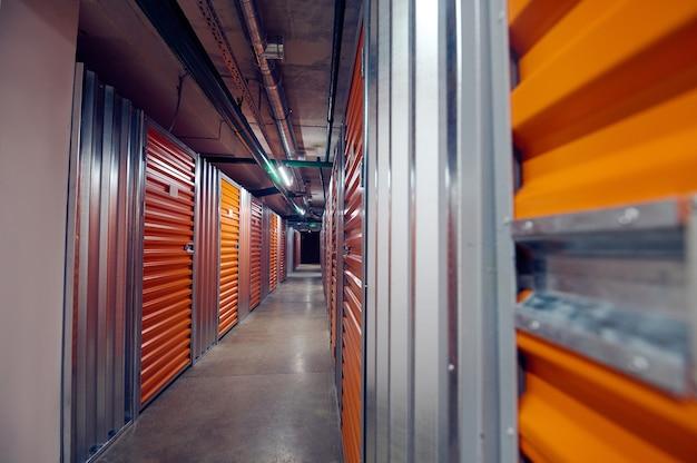 Caixas de armazenamento modernas fechadas em armazém