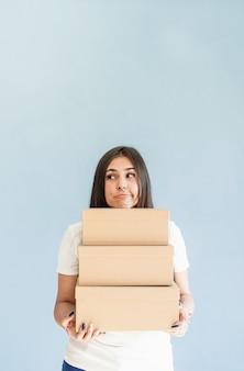 Caixas de artesanato em mãos de mulher linda mulher sorridente segurando caixas em branco