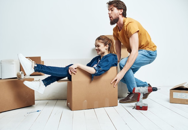 Caixas de casal com coisas que mexem no estilo de vida de inauguração de casa