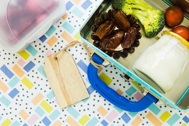 Caixas de comida em fundo estampado