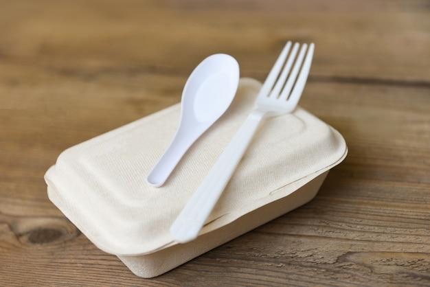 Caixas de comida para levar, embalagens descartáveis ecológicas na mesa de madeira em casa
