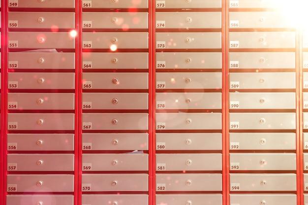 Caixas de correio de aço em um prédio residencial. mesmo linhas de caixa de correio numerada. conceito de correspondência na cidade. você pode usá-lo como plano de fundo para o seu criativo. copie o espaço