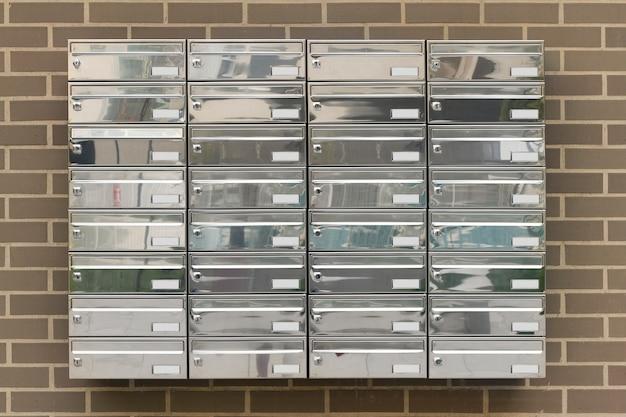Caixas de correio em casas de construção