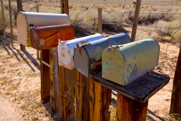 Caixas de correio envelhecidas vintage no deserto do oeste da califórnia