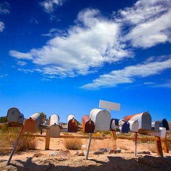 Caixas de correio grunge em uma linha no deserto de califórnia mohave