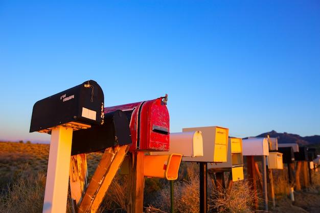 Caixas de correio grunge em uma linha no deserto do arizona