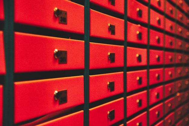 Caixas de correio laranja em um prédio residencial. mesmo linhas de caixa de correio numerada. conceito de correspondência na cidade. você pode usá-lo como plano de fundo para o seu criativo. copie o espaço
