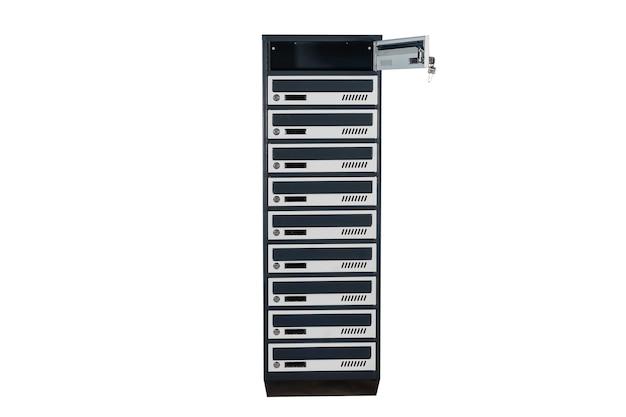 Caixas de correio no condomínio. caixa de correio de metal com centro com chave no condomínio. caixa de correio em fundo branco isolada