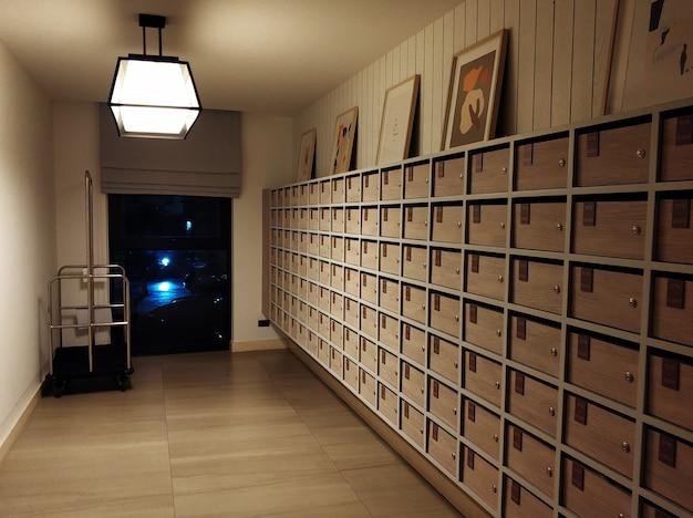 Caixas de correio no térreo de um prédio de apartamentos