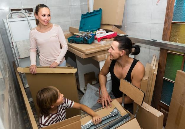 Caixas de desembalagem familiares com mobiliário novo
