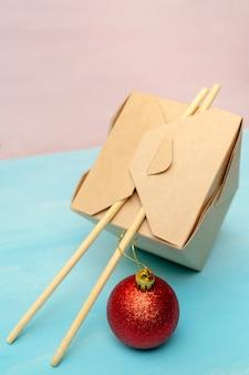 Caixas de embalagem de papel wok fechadas. para fast foods asiáticos.