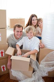 Caixas de embalagem familiares felizes