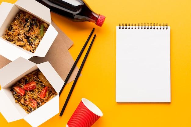 Caixas de fast food delicioso com prancheta