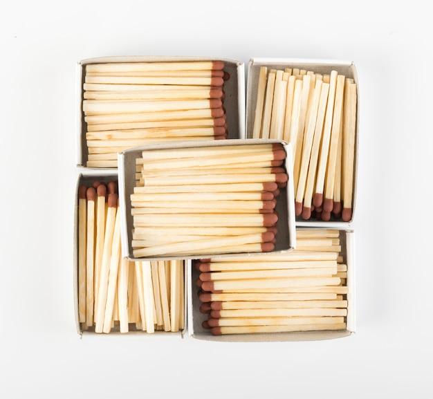 Caixas de fósforos abertas com correspondências marrons