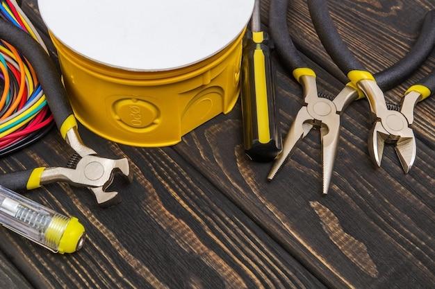 Caixas de junção elétricas e ferramentas usadas no processo de instalação elétrica