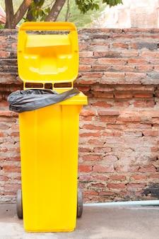 Caixas de lixo amarelas no parque